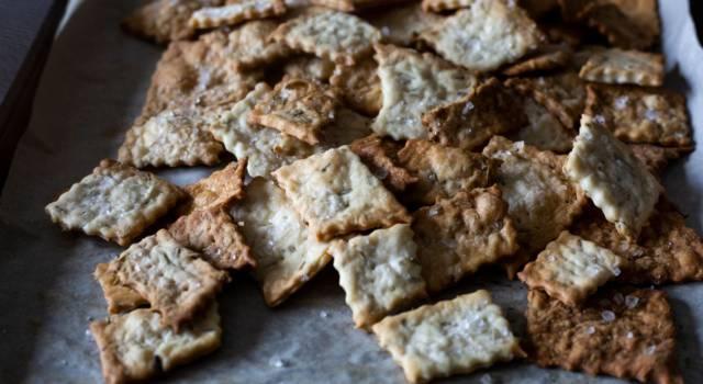 Ecco come fare i cracker integrali, un'ottima alternativa al pane