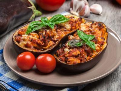 Un secondo o un piatto unico? La ricetta delle melanzane ripiene e le sue mille varianti