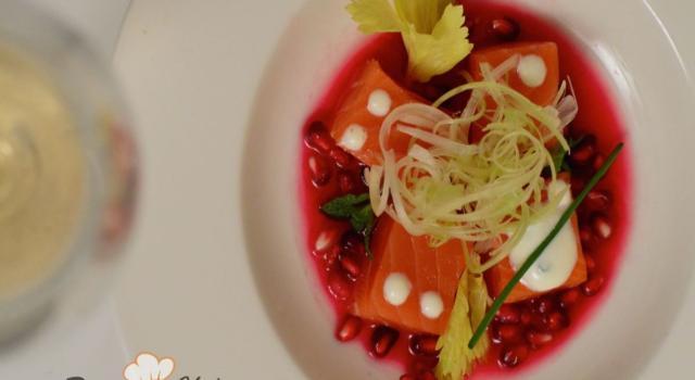 Cubotti di salmone e salsa tzatziki in zuppetta di melograno