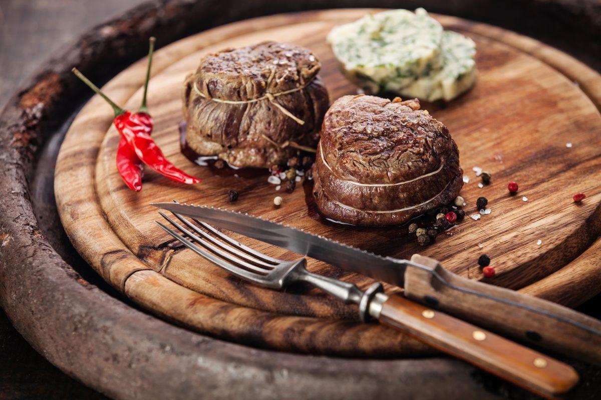 Carne alla griglia con burro aromatizzato