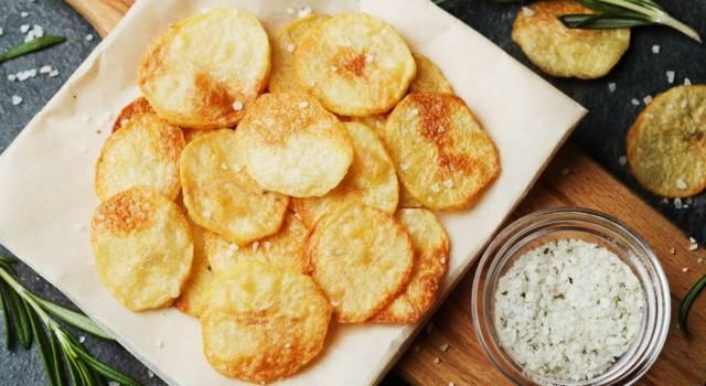 Chips di patate: la ricetta e i consigli per farle croccanti e sfiziose