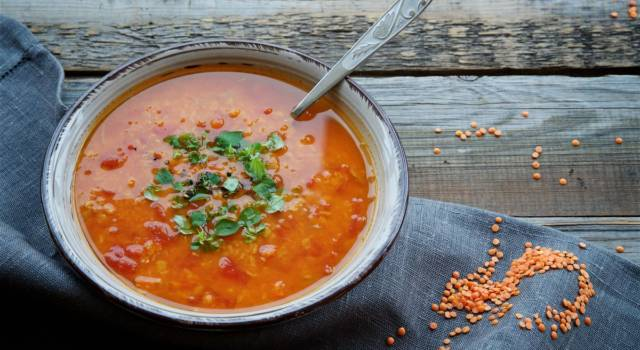 Minestra di farro e miglio con lenticchie rosse: vi scalderà il cuore!