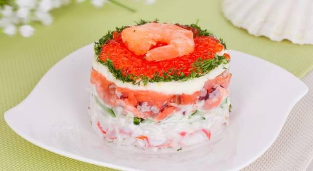 Antipasto di gamberi e salmone con yogurt greco