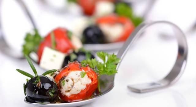 Involtini di peperoni con feta e olive, facilissimi e sfiziosi
