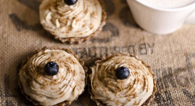 Cupcake vegani al farro, panna vegetale e mirtilli