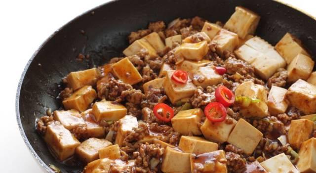 Tofu marinato con quinoa e cipolle verdi