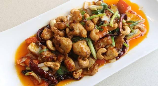 Pollo agli anacardi e verdure alla thailandese