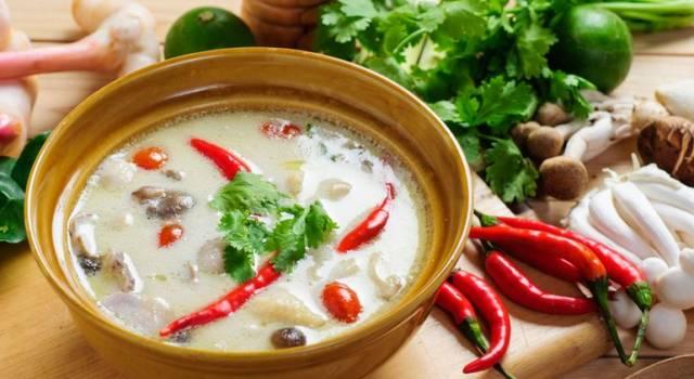 Zuppa di calamari e gamberi al latte di cocco