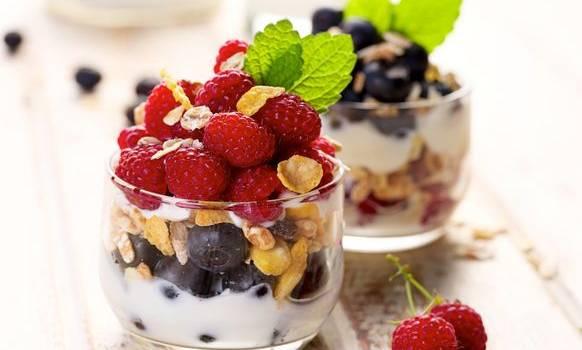Dessert di yogurt vegano e frutti di bosco