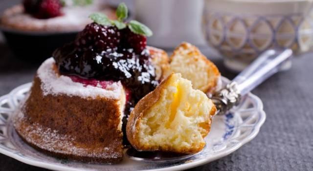 Tortine soffici con cuore di marmellata e frutti di bosco