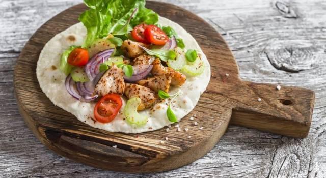 Pita greca con insalata di pollo alle verdure