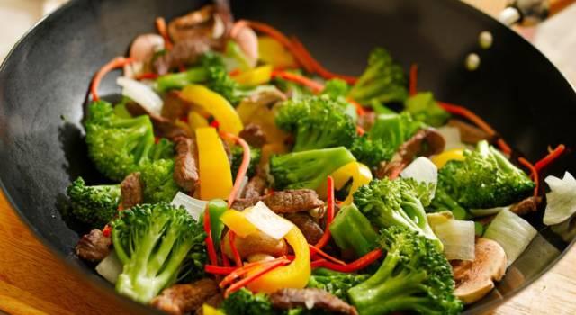 Straccetti di manzo con verdure miste e salsa di soia
