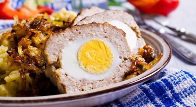 Come fare polpettone di carne con uova sode