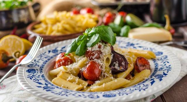 Pasta con melanzane a funghetto e basilico