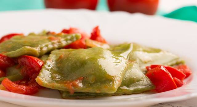 Ravioli al basilico ripieni di prosciutto con pomodoro fresco