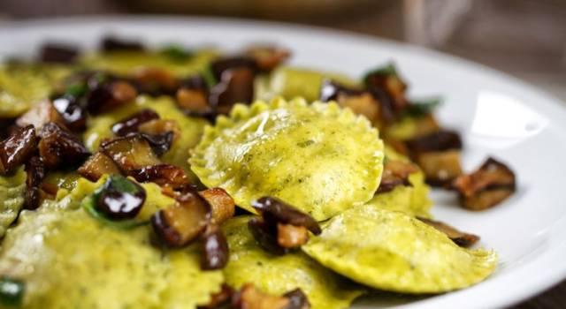 Ravioli verdi al basilico con ragù di funghi