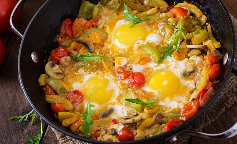 uova occhio di bue con verdure