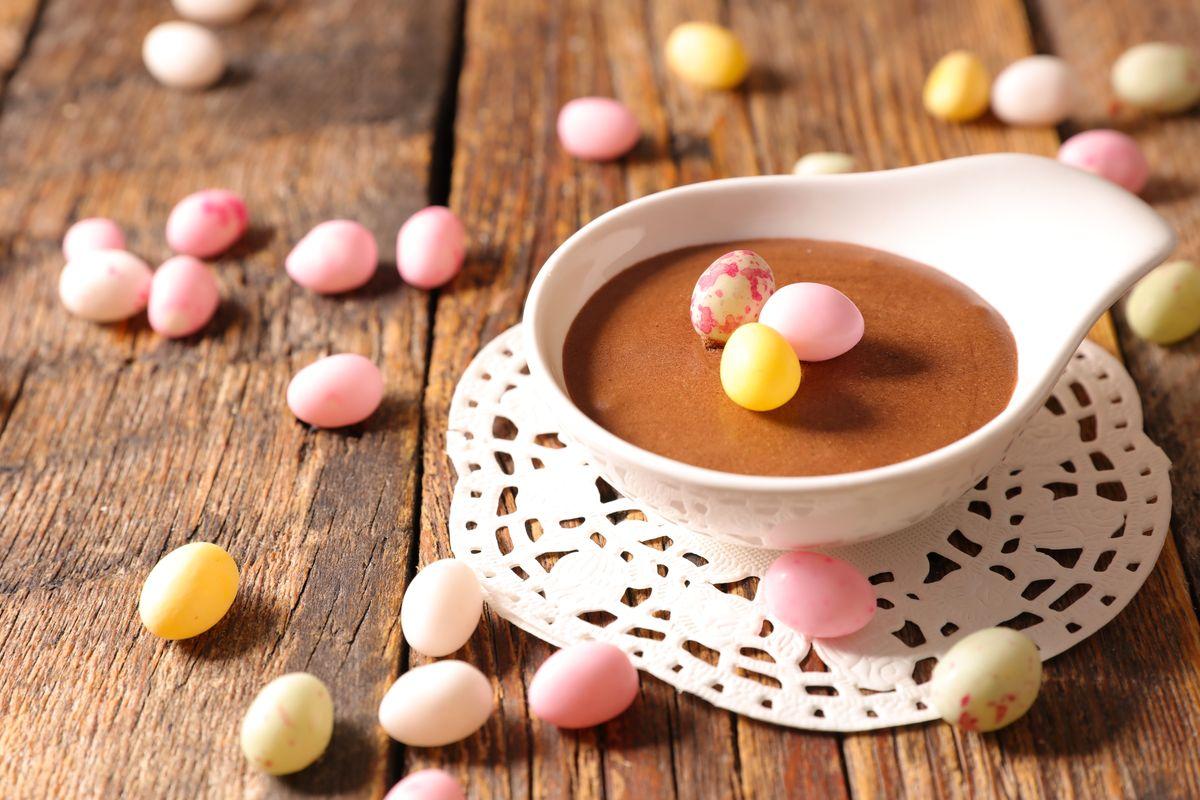 mousse al cioccolato con le uova di pasqua