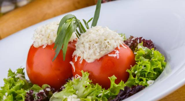 Pomodori ripieni di hummus di ceci, un antipasto naturale e originale