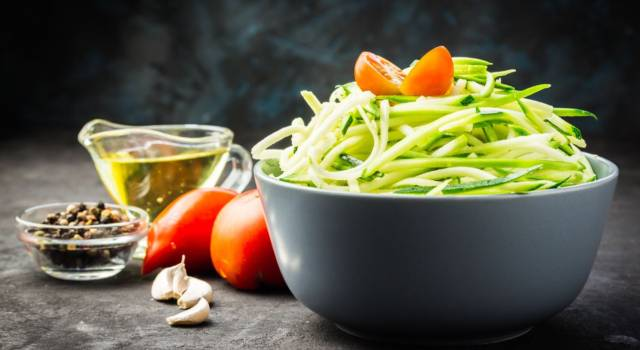 Spaghetti di zucchine con salsa vegana ai peperoni