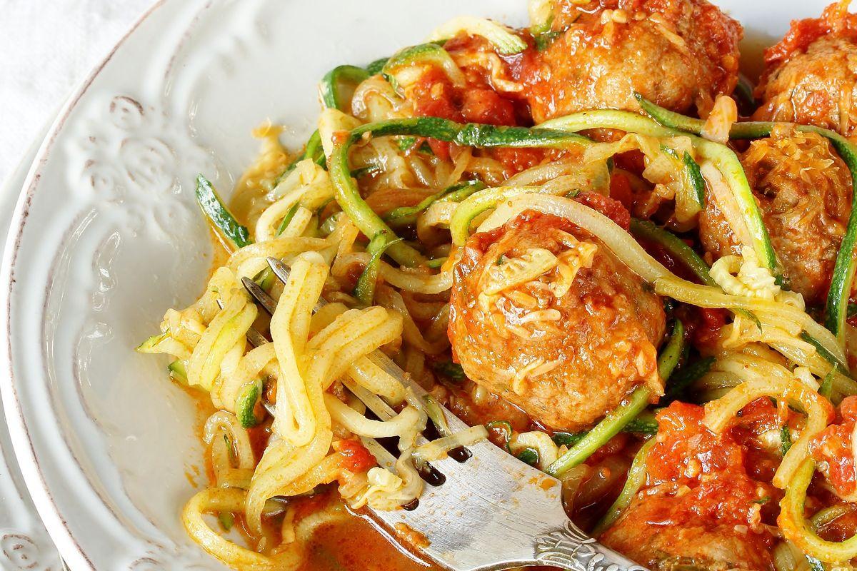 spaghetti di zucchine con polpette di melanzane
