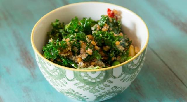 Insalata di quinoa e lenticchie con scarola e pomodori secchi
