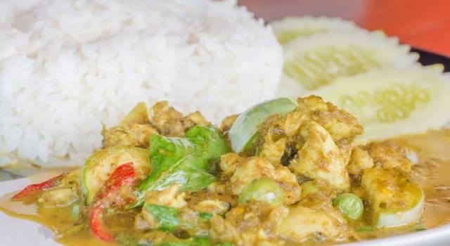 Curry verde thailandese con pollo e zucchine