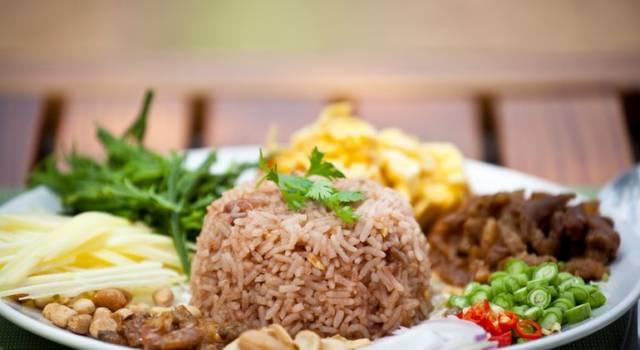 Riso integrale alla thailandese con gamberi e verdure