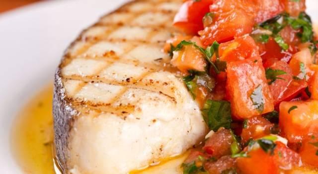 Pesce spada grigliato con pomodori in concassé