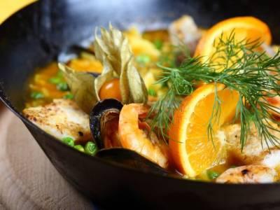 Paella con cozze e gamberi al profumo d'arancia