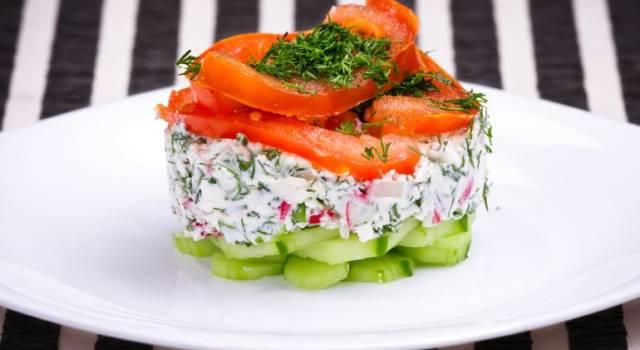 Antipasto multicolor di verdure e formaggio fresco