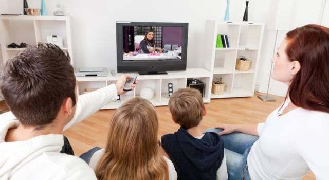 Mangiare con la tv accesa fa ingrassare: meglio la musica!