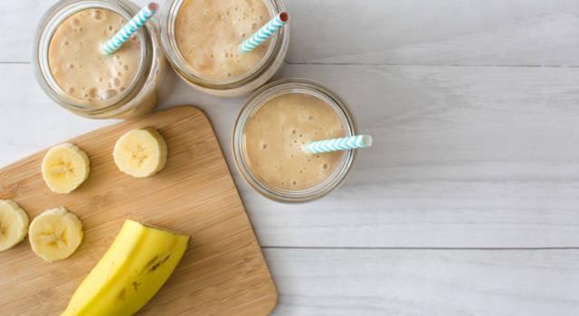 Frullato di banana fatto in casa: la ricetta anche con il Bimby e le varianti