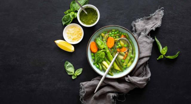Minestrone di verdure di primavera: nutriente e saporito