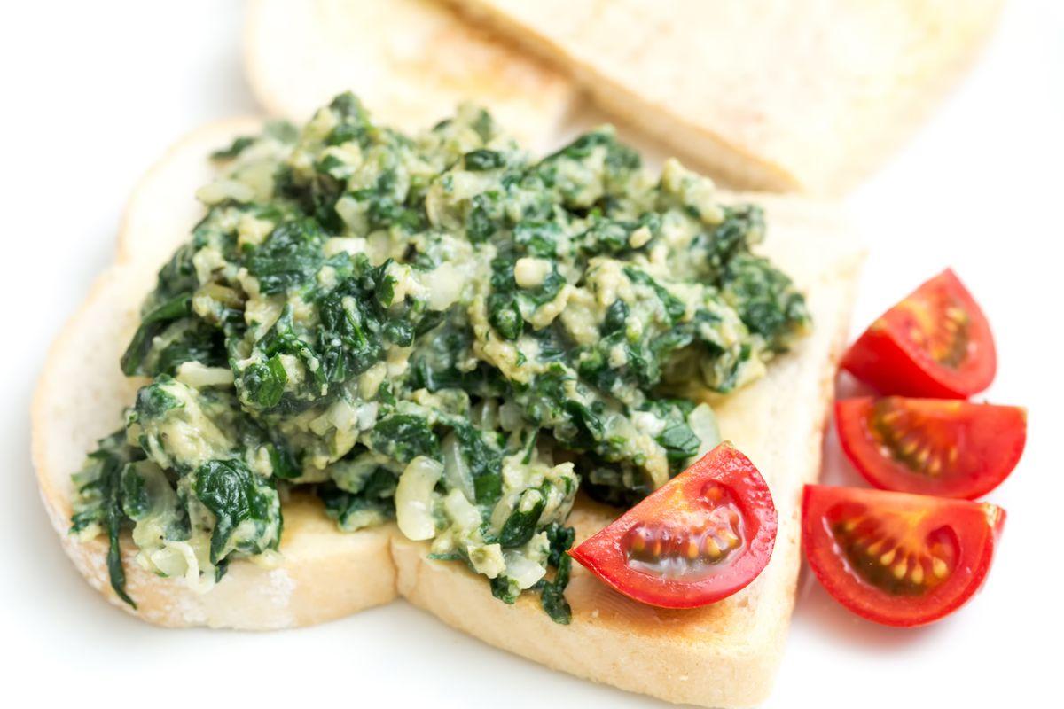Uova strapazzate con pesto di spinaci