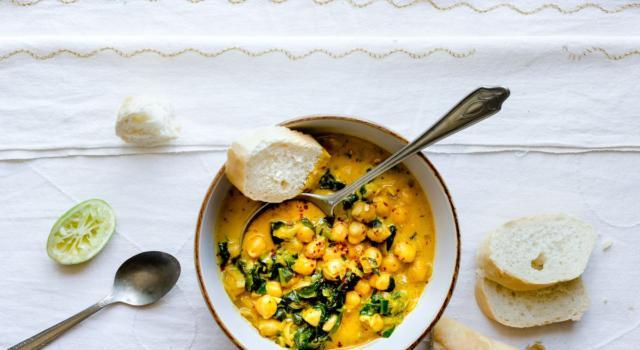 Stufato di ceci con carote e spinaci al curry: l'alternativa salutare alla carne