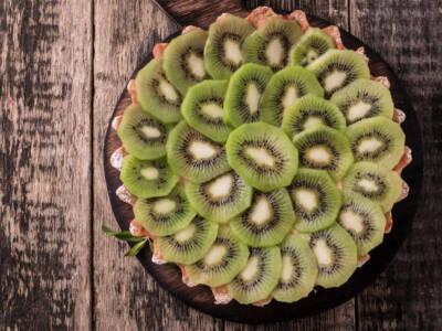 Torta vegana al kiwi con crema al latte vegetale e cacao