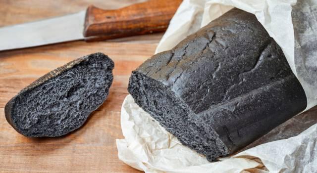 Pane al carbone: per chi non vuole smettere di tenere le mani in pasta!
