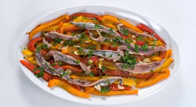 Saporiti filetti di peperoni con acciughe e trito aromatico