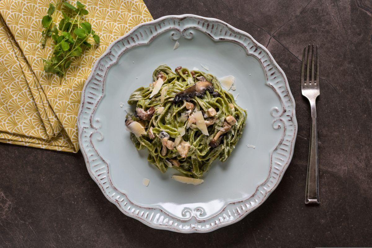 tagliatelle di spinaci con funghi