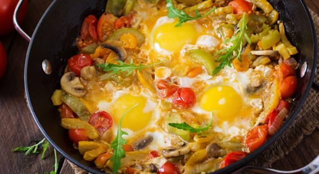 Uova occhio di bue con funghi e verdure