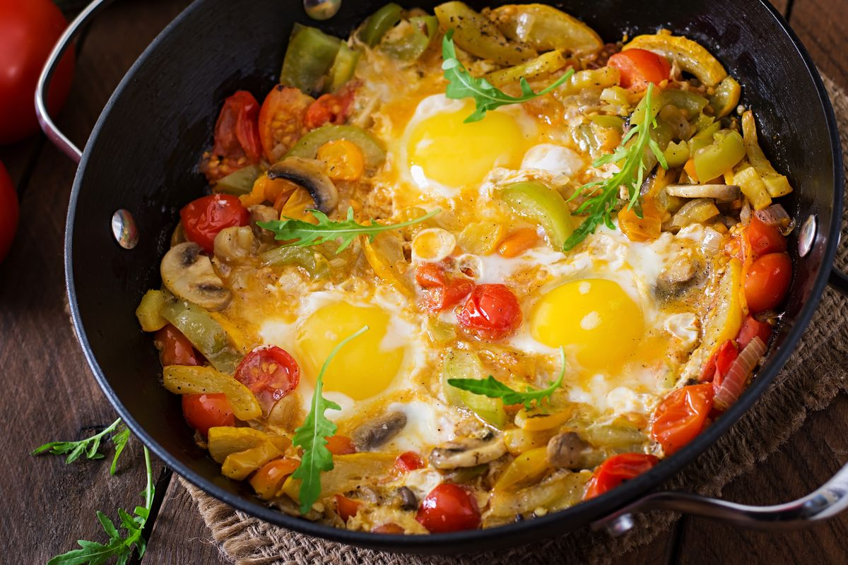 Uova all'occhio di bue con verdure
