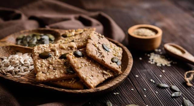 Come fare i cracker di farro ai semi, per sfiziosi aperitivi