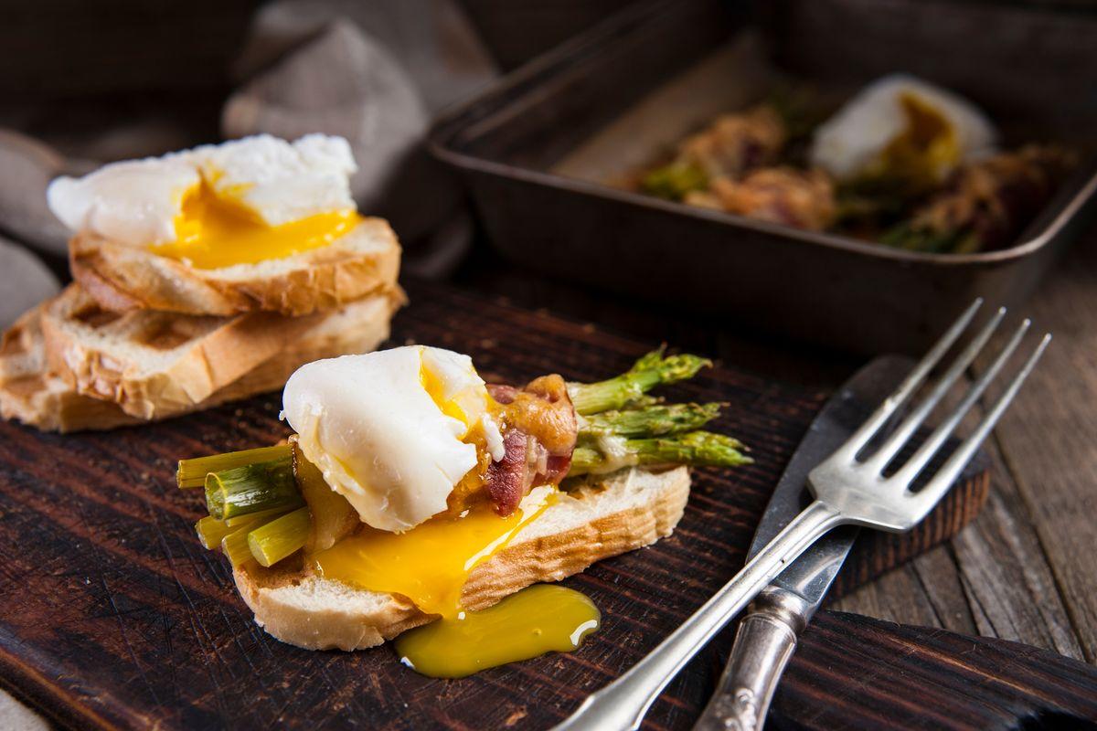 Rotolini di asparagi e bacon con uova in camicia