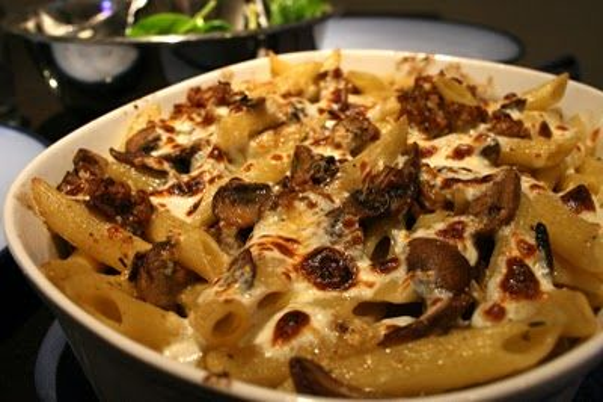 Penne gratinate con patate e salsiccia piccante