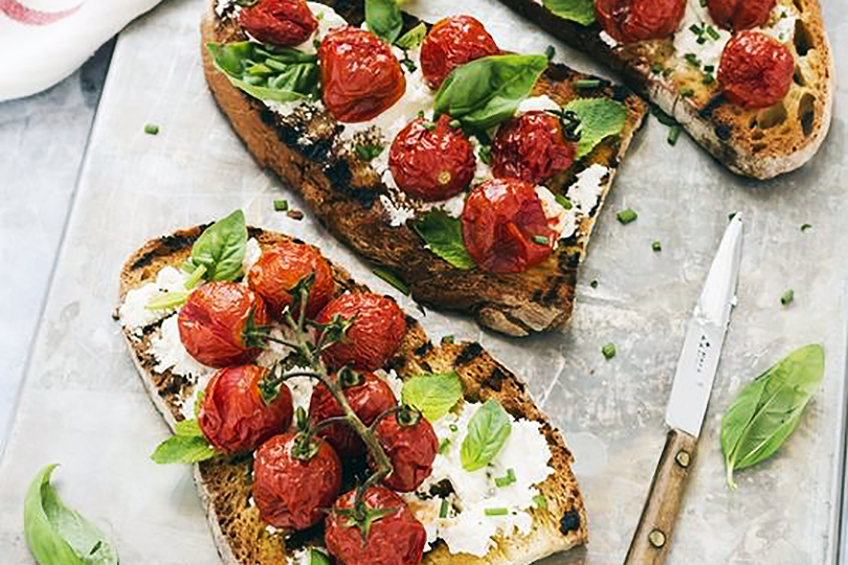 Crostini ricotta e pomodorini confit
