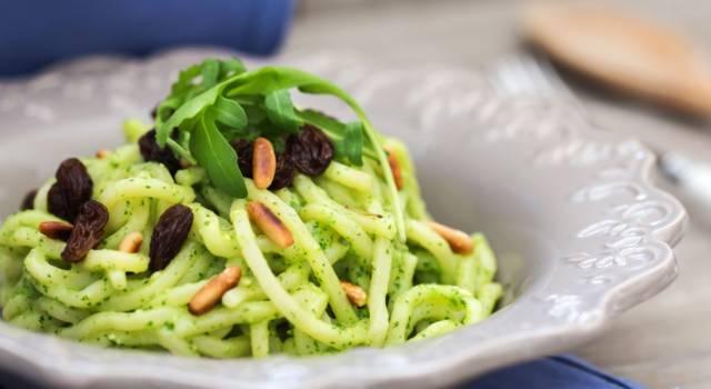 Come fare i troccoli pugliesi con cime di rapa, uvetta e pinoli