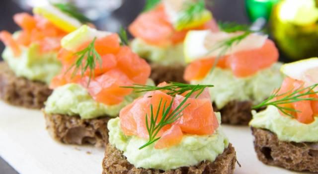 Canapè di grano saraceno con salmone e mousse di avocado: un antipasto senza glutine