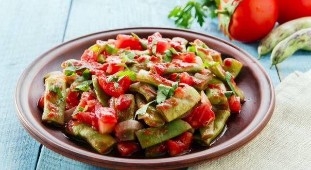 Taccole con pomodori e sesamo, un contorno semplice ma gustoso