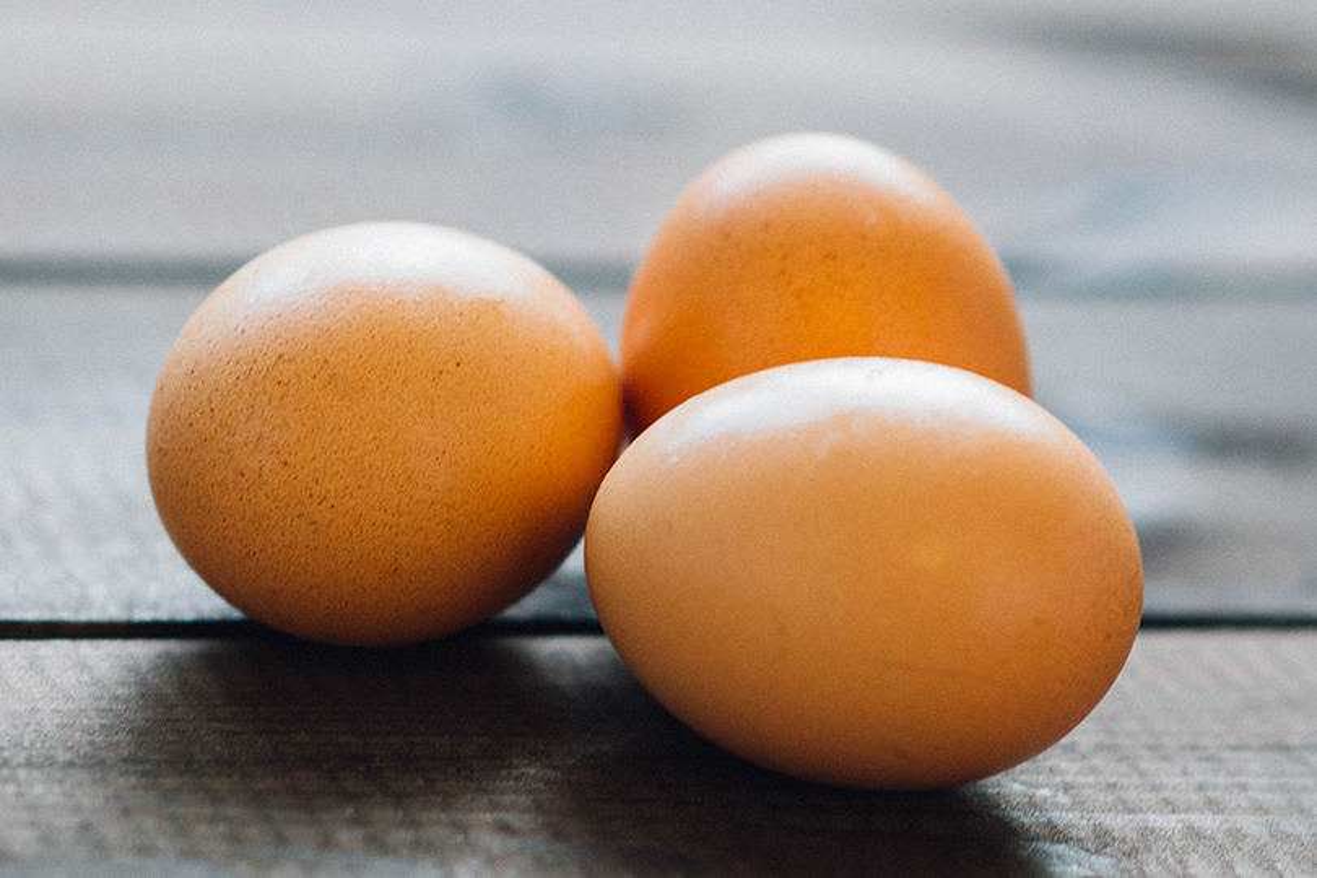 rompere uova con una mano